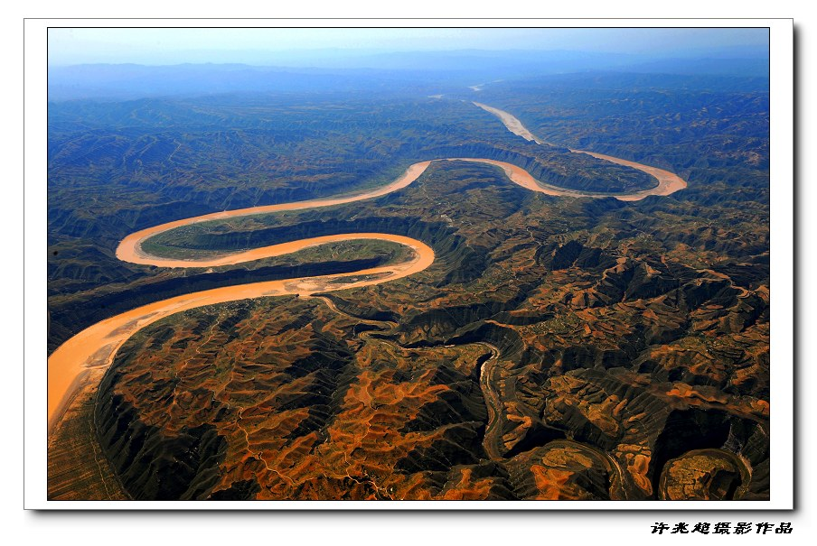 黄河蜿蜒在峡谷深处,呈现出九曲十八弯的蛇曲地貌.