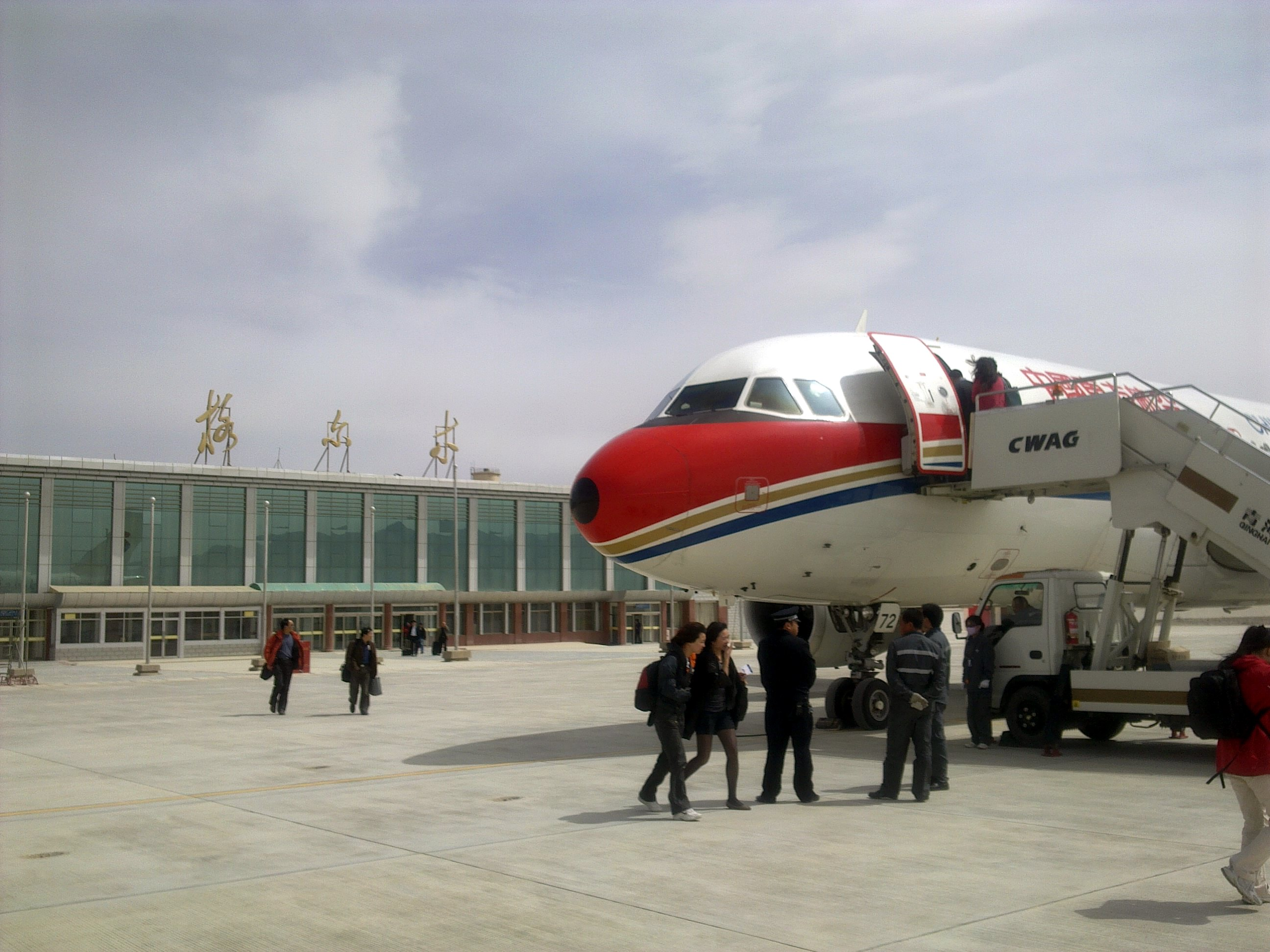 飞机降落过程中掠过格尔木市区