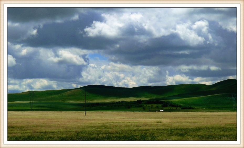 驰在草原就像船航行在大海,空旷辽阔,一望无际.-坝上行 六 透过