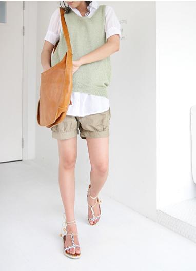 衬衣和小背心的搭配稍稍运用了一点韩式混搭风,超清爽沙滩裤