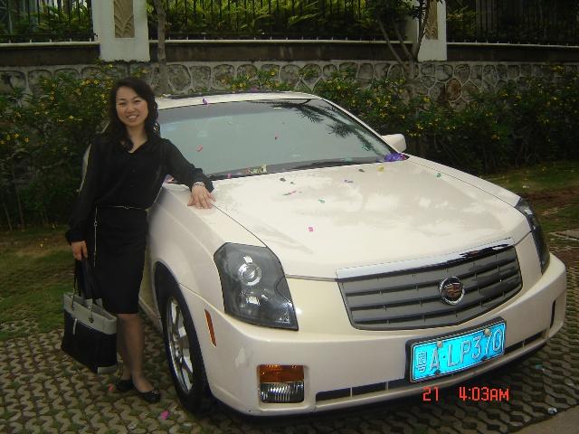 和玫琳凯最具代表的凯迪拉克轿车合影,实力的象征
