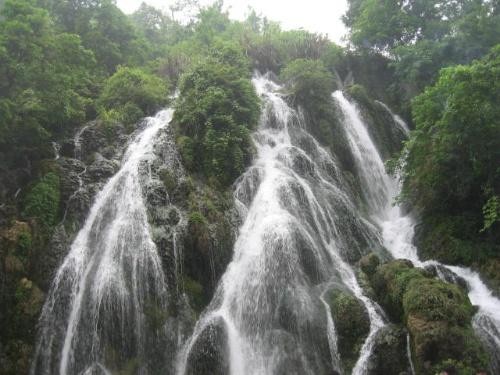荔波有小七孔,大七孔及漳江三大风景区,其中小七孔,大七孔是国家级