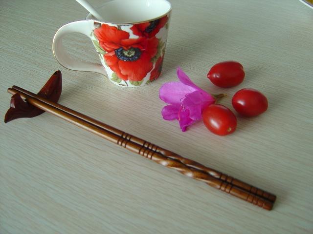 """筷 子   现在世界上人类进食的工具主要分为3类:欧洲和北美用刀、叉、匙,一餐饭三器并用;中国、日本、越南、韩国和朝鲜等用筷;非洲、中东、印尼及印度次大陆以手指抓食。美国加利福尼亚大学名誉教授怀特调查后说:""""用刀叉、手指和筷子吃饭的3类人,都以强硬态度维护自己的餐具。""""特别是以手抓食者,常被人看作不文明,可他们却自我感觉良好。例如美国洛杉矶有一家菲律宾餐馆,大做广告以抓食为荣,公开警告那些不愿以手抓饭的顾客,谢绝他们光临。   中国是筷子的发源地,以筷进餐少说已有3000年历史,"""