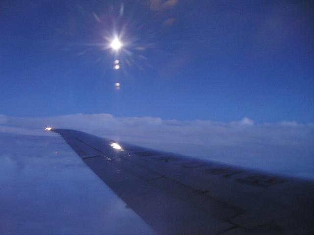 在飞机上看月亮:是这样的亲切