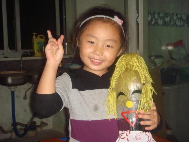 我们幼儿园有一个环保创意手工制作比赛,如果得了第一名,就会有一个很大的奖品,所以我特别希望我会得到第一名。回家后,我就和妈妈一起想办法,最后决定做饮料瓶娃娃,妈妈找来了三个大饮料瓶,娃娃的头发是用毛线做出来的,眼睛鼻子嘴巴用即时贴贴上的,可好玩了。我可是娃娃们的小小理发师呢。请看照片吧!