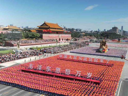 """总而言之通过\""""毛泽东思想万岁\""""方阵的出现人民看到了希望..."""