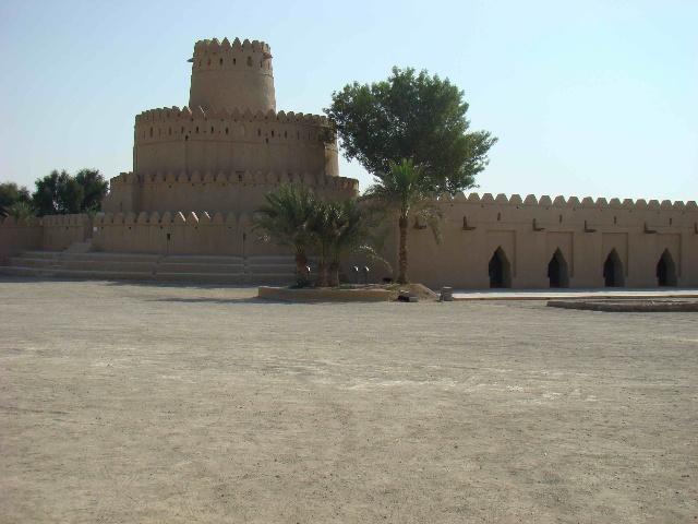 """四层同心圆形塔楼 老城堡大门上方篆刻了Sheikh Zayed所题写的诗词: 上帝之门开启了光荣的篇章, 快乐和幸福伴随着这高尚荣耀的居所, 祝福的荣耀诉说着""""记着这个宫殿"""", 这是由Zayed Bin Khalifa所建的崇高地位的宫殿。"""