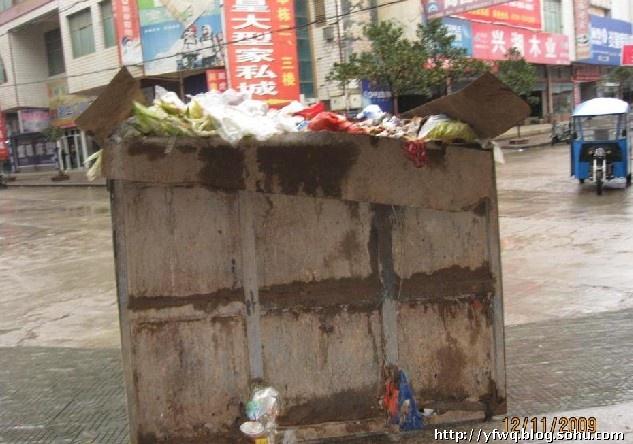为收卫生费 环卫所垃圾箱堵门口(图)-张洪峰 - 张洪峰 -