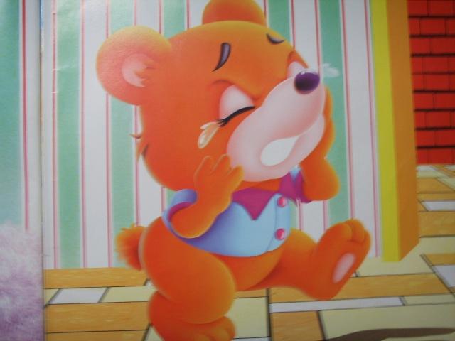 """故事:小熊拔牙 有一只小胖熊,非常讨人喜欢,可他有个缺点,就是不喜欢刷牙。 一天早晨,熊妈妈出门去了,小熊在家里翻箱倒柜,到处找吃的。不一会儿功夫,小熊就吃了一大堆糖果,还有一罐蜂蜜。小熊正在得意,忽然叫了起来:""""哎哟,我的牙怎么这么疼呀!"""" 正巧,兔医生出门看病,路过小熊家,听到小熊的叫声,急忙进屋问小熊发生了什么事情。兔医生瞧了瞧小熊的牙齿,摇摇头说:""""你平时吃甜东西太多了,又不爱刷牙,几颗牙都有问题,还有一颗需要拔掉!"""" 兔医生用钳子钳住小熊的坏牙,费"""