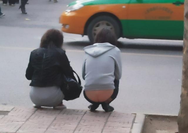 在西安的街头 各种低腰裤盛行