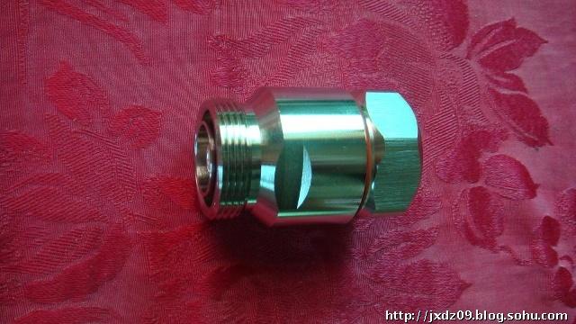 一、馈线接头(连接器) 馈线与设备以及不同类型线缆之间一般采用可拆卸的射频连接器进行连接。连接器俗称接头。 常见的射频连接器有以下几种: 1、DIN型连接器 适用的频率范围为0~11GHz,一般用于宏基站射频输出口。 2、N型连接器 适用的频率范围为0~11GHz,用于中小功率的具有螺纹连接机构的同轴电缆连接器。 这是室内分布中应用最为广泛的一种连接器,具备良好的力学性能,可以配合大部分的馈线使用。 3、BNC/TNC连接器 BNC连接器 适用的频率范围为0~4GHz,是用于低功率的具有卡口连接机构的同轴
