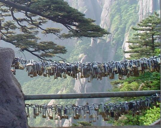 终于游览黄山风景区了.在慈光阁坐玉屏索道上山.