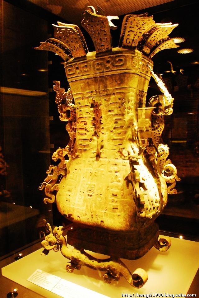 """壶是古代青铜酒具的一种,也是青铜礼器的重要种类之一,自商代就已有之,主要盛行于春秋战国时期。《诗经》中曾有""""清酒百壶""""的记载,所指的便是这类器物。其造型多种多样,有方壶、扁壶、圆壶、瓠形壶等等,莲鹤方壶就是东周时期的代表器物。"""