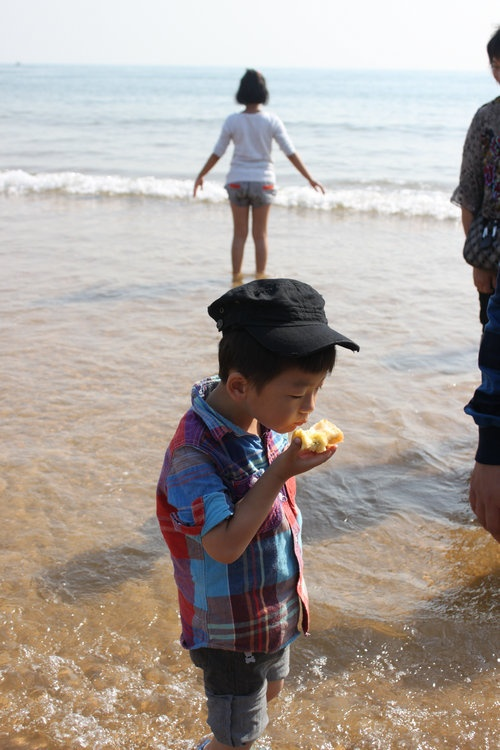 金沙滩,位于胶州湾,从青岛火车站走海底隧道大概二