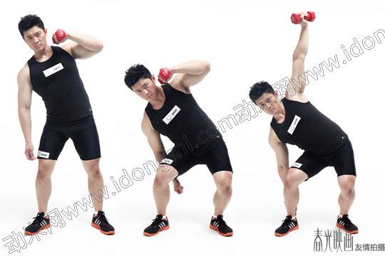 人们均喜欢优雅挺拔的身姿,但是在生活中溜肩、驼背、突腹常常影响着我们的美丽体形,而采用健美锻炼法,不仅可培养你正确的身体姿势,而且还可以矫正不良形体,塑造健美的体型和体态。   下面介绍壶铃侧弯上举的动作   动作级别:高级   锻炼部位:上肢,背部   锻炼肌肉:三角肌,斜方肌   第一步:双脚与肩同宽并呈45度角站立。   第二步:臀部向身体一侧翘出,将壶铃上举至肩膀高度。   第三步:身体朝另一侧弯曲,并将壶铃上举。   呼吸说明:每个动作在用力时呼气,放松时吸气。   着装说明:请穿合脚的运