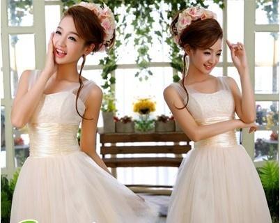 """侧边马尾新娘发型 这款新娘发型设计图片很简单,整个头发的造型打造出蓬松的整洁的发型,增强了造型感,再将顺直的中长发侧放肩上,温婉优雅的淑女气质立刻彰显出来,柔软俏丽的新娘发型显得迷人富有魅力。 [[img src=""""http://simg.sinajs.cn/blog7style/images/common/sg_trans."""