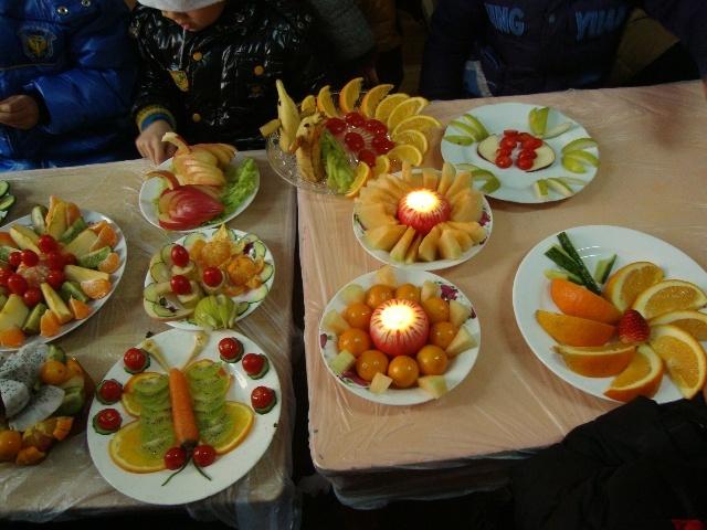 圣诞节,幼儿园举行亲子做水果拼盘
